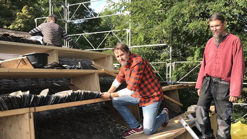 Två män på ett tak