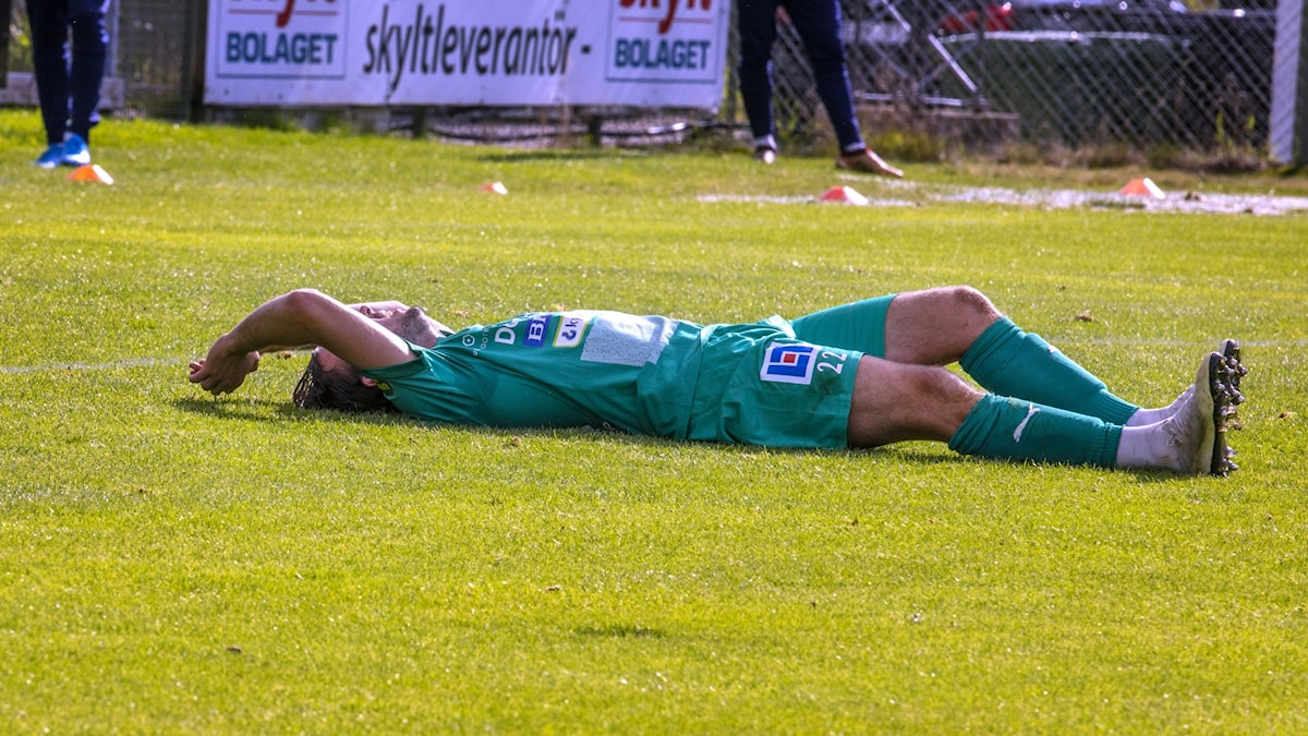 En Ljungskile-spelare ligger på rygg på planen