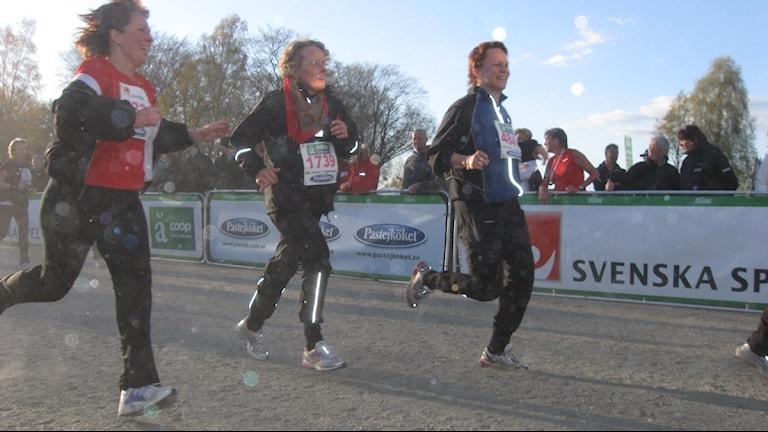 Tre tjejer springer Vårruset. Foto: Carina Lindskog/SR Väst