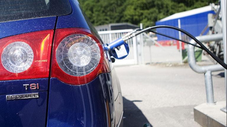 Miljöbil som tankas. Foto: Andreas Apell/Scanpix