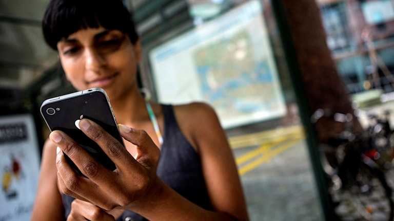 En ung kvinna surfar på sin smartphone. Foto: CHRISTINE OLSSON / TT