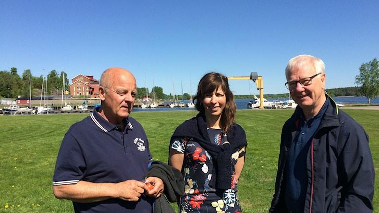 två män och en kvinna i Åmåls djuphamn