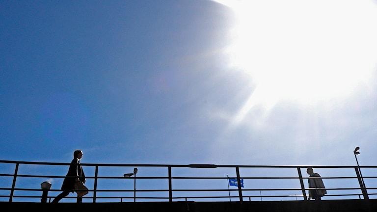 Vårsolen skiner över Stockholm och människorna njuter av värmen.