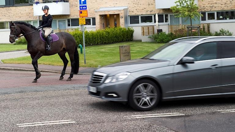 Anna Groth rider ute i trafiken i Örgryte. Foto:  Björn Larsson Rosvall/TT