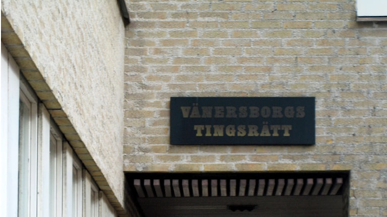 Entrén till Vänersborgs tingsrätt. Foto: SR Väst
