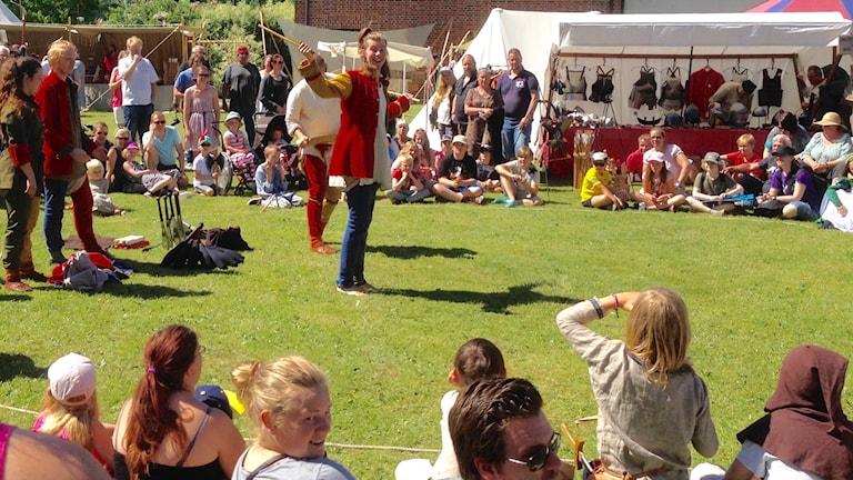 Gycklargruppen Mareld uppträder på medeltidsmarknaden i Lödöse till framför allt barnens stora förtjusning.