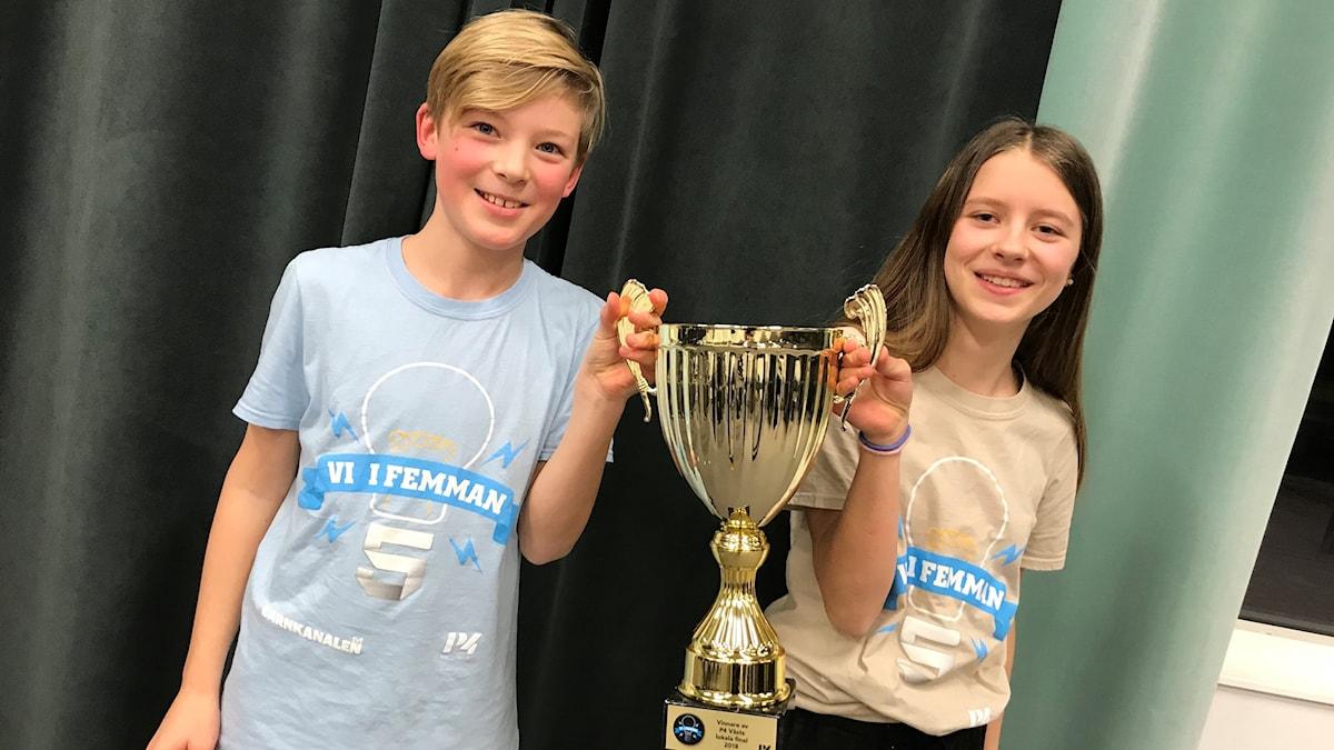 David Wänblom och Stina Vesterlund från Paradisskolan är tillsammans med sin klass lokala mästare i Vi i femman
