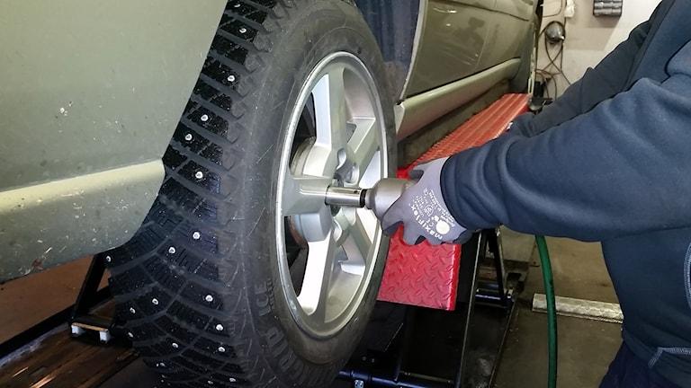 En bilmekaniker byter däck på en bil. Foto: Thomas Pitura/Sveriges Radio