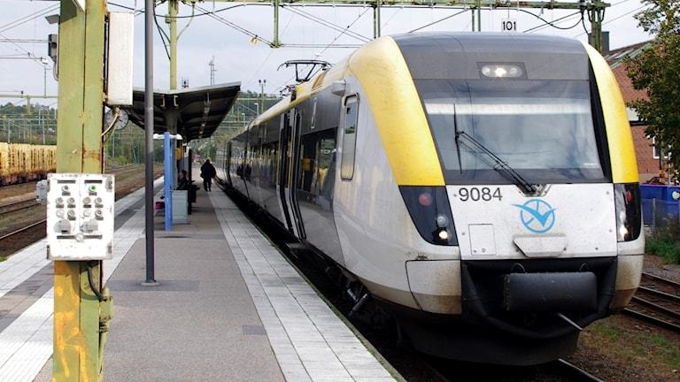 Ett tåg vid en perrong.