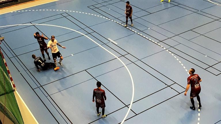 Målchans för Skoftebyn i mötet med Uddevalla i futsalens högstaliga.