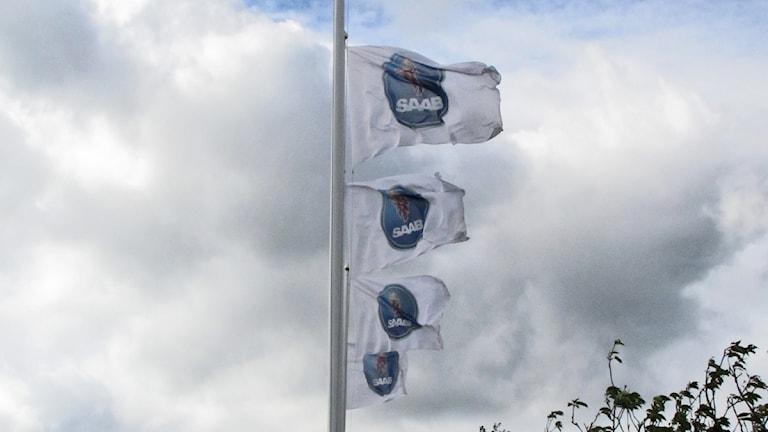 Flaggor utanför Saab i Trollhättan. Foto: Victor Jensen/P4 Väst.