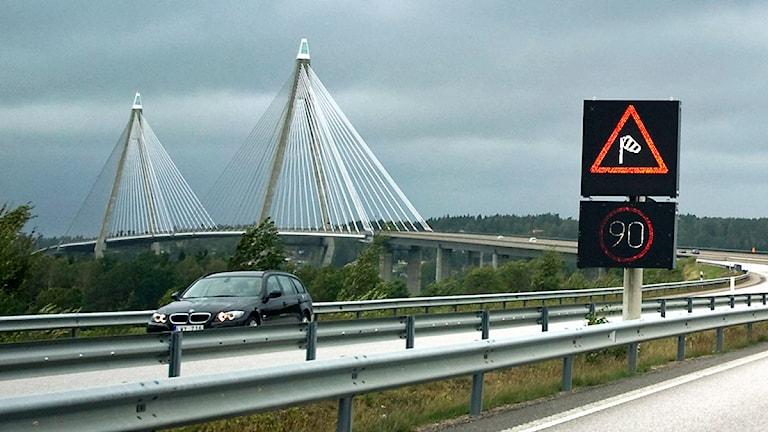 Den hårda vinden har inneburit att Uddevallabron stängdes av för tung trafik. Foto Björn Larsson Rosvall/Scanpix.
