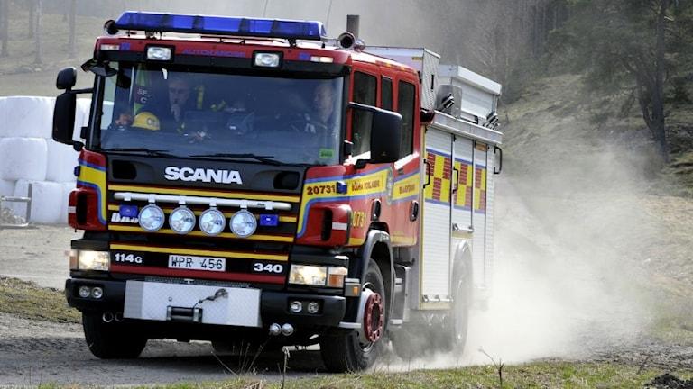 Brandbil rycker ut på gräsbrand.