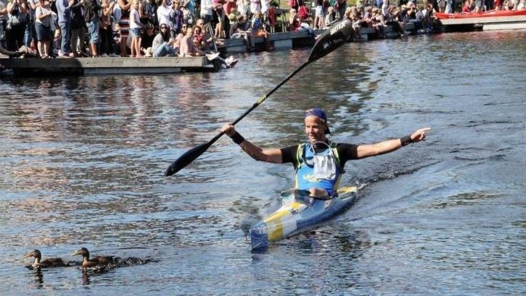 Joakim Lindberg sitter i sin kanot med två änder i vattnet framför.