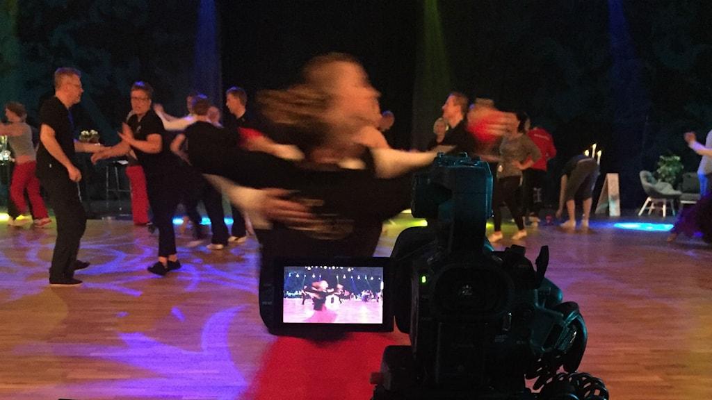 Bild på dansande människor