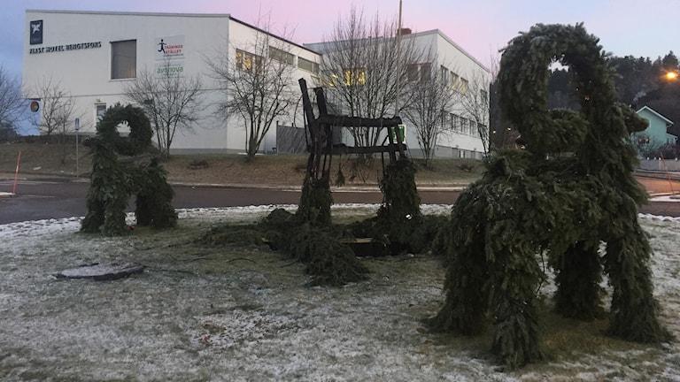 Skalet av den nedbrunna julbocken i en rondell i Bengtsfors