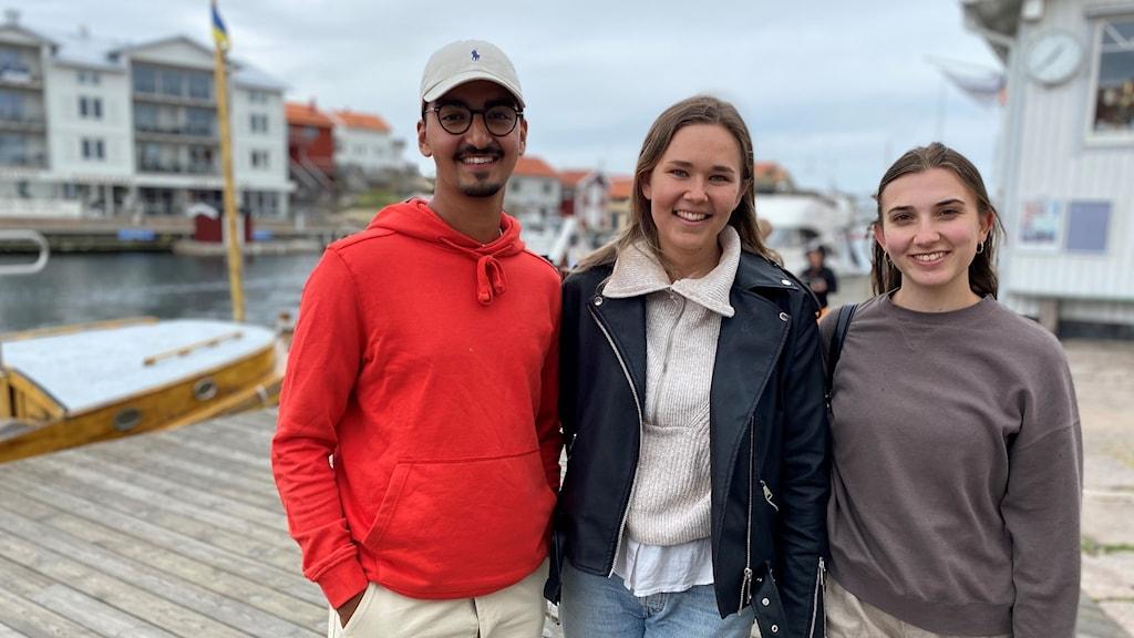Sahil, Amalia och Julia, som står på Smögenbryggan.