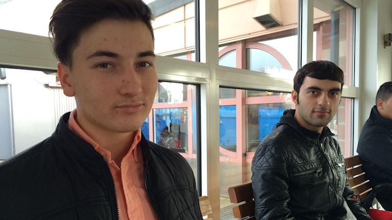 två killar sitter på Kampenhof i Uddevalla och väntar på bussen.