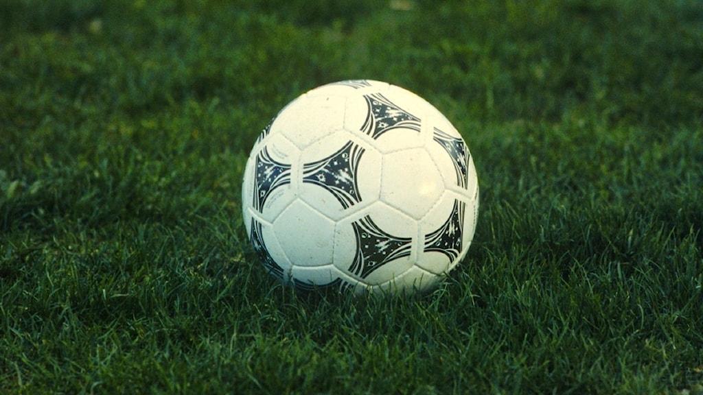Bild på fotboll i gräset.