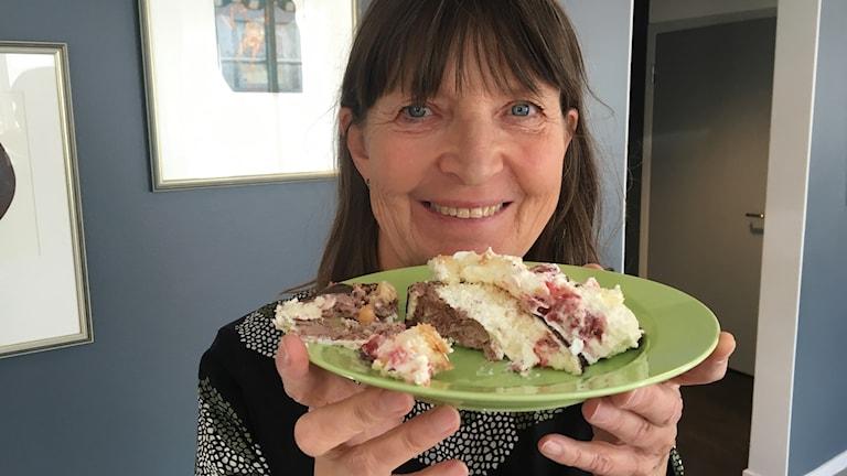Kristina Bladh-Berggren håller i tårta