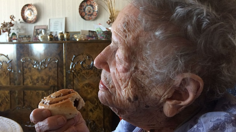 Bild på Alice Östlund som äter bulle.