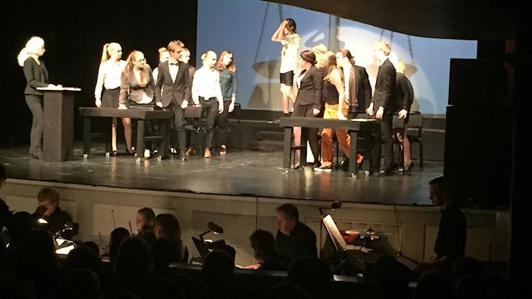 """Esteteleverna på Birger Sjöberggymnasiet genomför Broadwaymusikalen """"Legally Blonde""""."""
