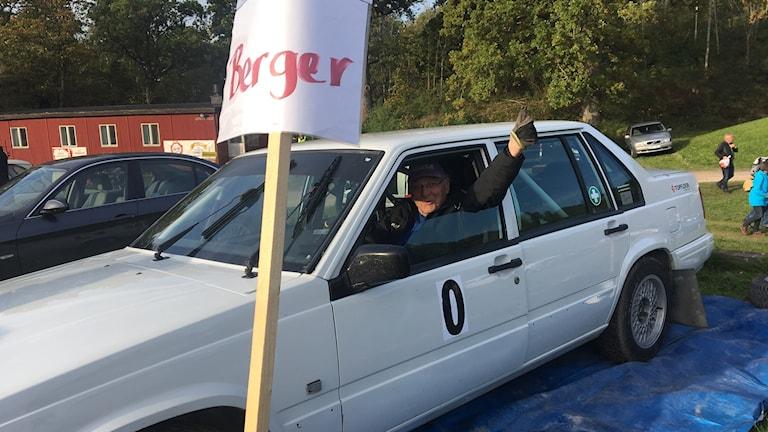 Erik Berger sitter i sin bil och gör tummen upp