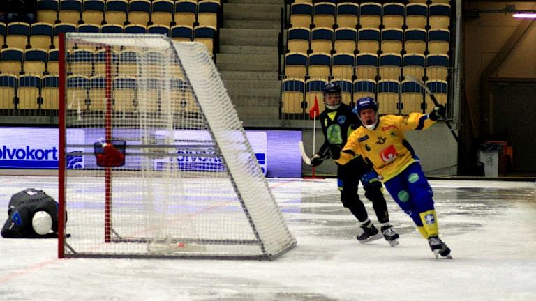 Daniel Berlin jublar efter att ha gjort mål i bandy VM mot Kazakstan. Foto: Victor Jensen/P4 Väst.