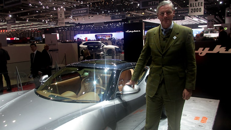 Victor Muller vid en Spyker-bil. Foto: Victor Jensen/P4 Väst