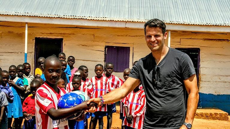 Robert Vilahamn på plats i Uganda och hans fotbollsakademi Vilahamn Soccer Academy. Foto: Privat