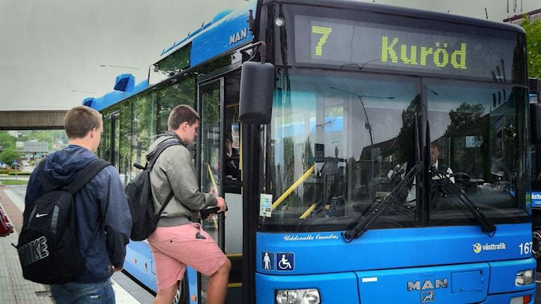 Personer går på en buss i centrala Uddevalla