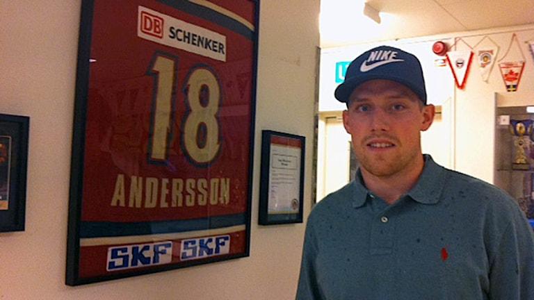 Joakim Andersson framför sin gamla tröja. Bild: Marie Mattsson