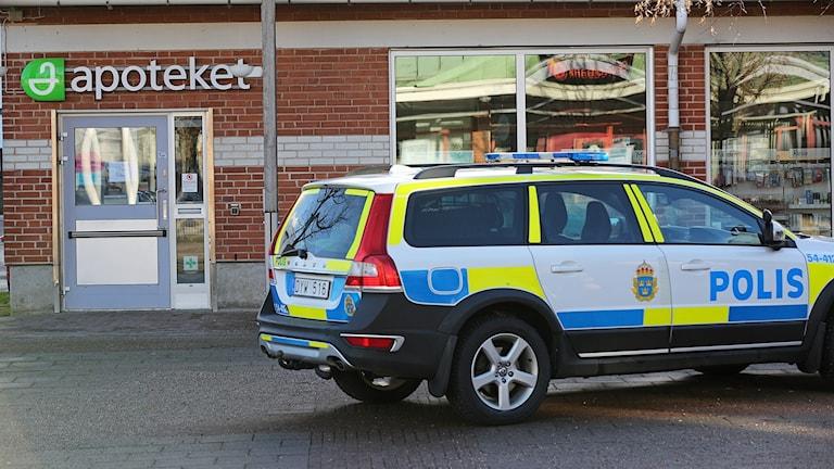Polisbil utanför apoteket i Munkedal