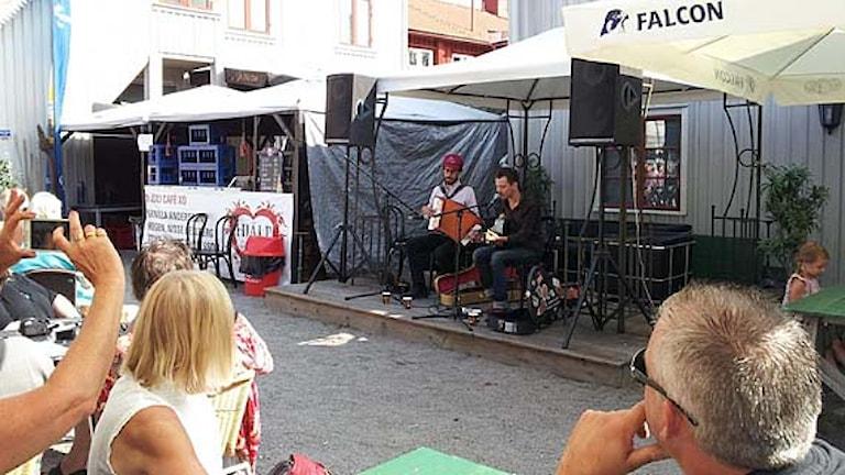 Filip Jers och Svante Sjöblom spelar på bluesfrukost på Bluesfesten i Åmål 2013. Foto: Lars Gunnar Övermyr/Sveriges Radio.
