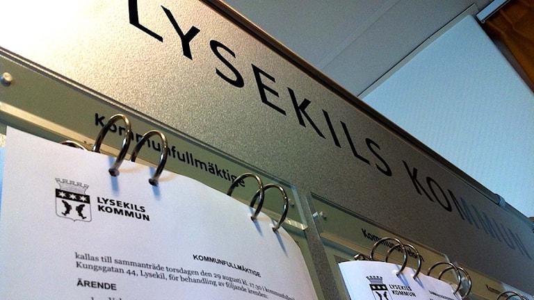 Anslag om kommunfullmäktigemöte i Lysekils kommun. Foto: Filippa Bohlin/Sveriges Radio