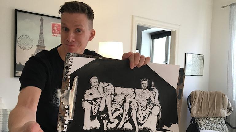 Bild på tecknaren Henrik Jonsson och teckningen på programledarna Peter och Tommy.