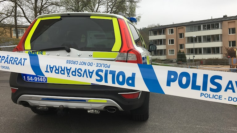 En polisbil står innanför avspärrningar på Skogslyckan i Uddevalla.