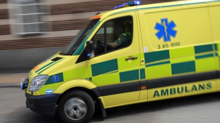 Bild på en ambulans under utryckning.