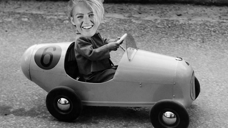 Therese McDonalds ansikte har klistrats in på bilden där lillprins Carl Gustaf kör sin trampbil.