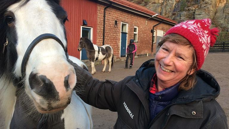 Bild på Ingela Karlsson-Odenmalm och en häst.