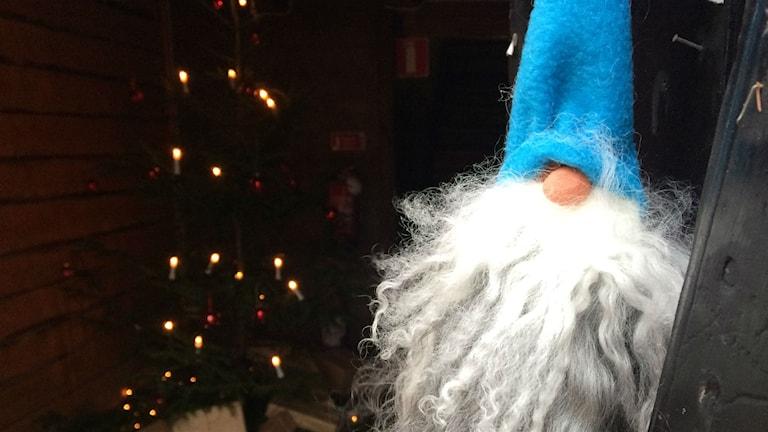 Bild på pynttomte och julgran