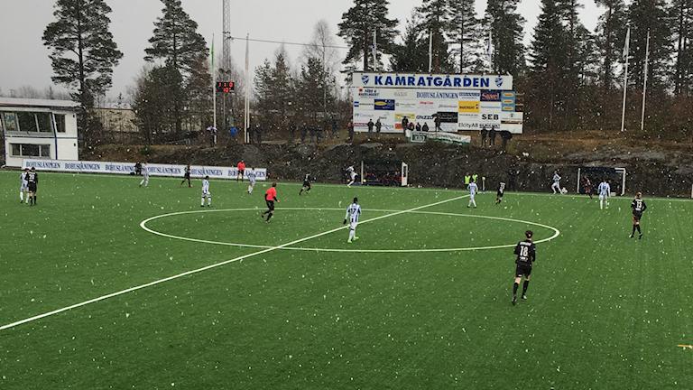 Derbymatch mellan IFK Uddevalla och FC Trollhättan i snö
