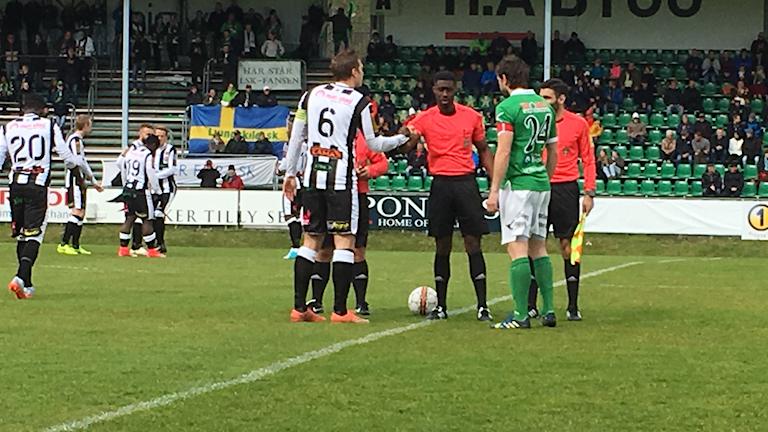 Kaptenerna Aleksandar Kitic i LSK och Philip Andersson i Landskeona BoIS hälsar på varandra inför matchen.