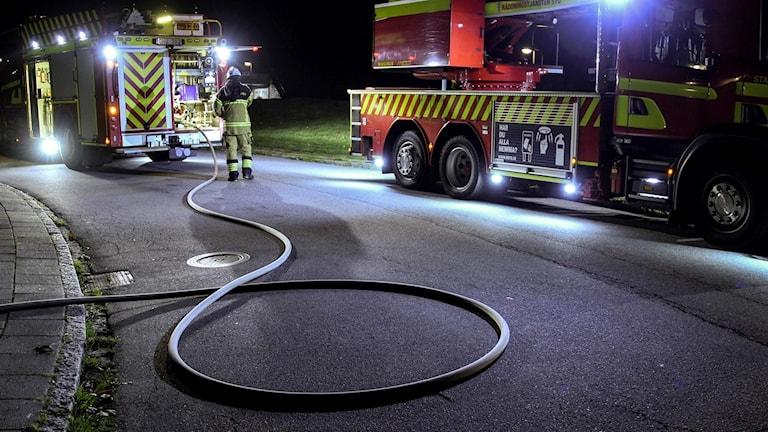 Två brandbilar vid en släckningsinsats