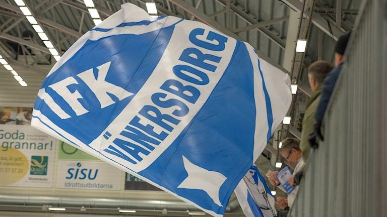 IFK Vänersborgs flagga vajar i luften.