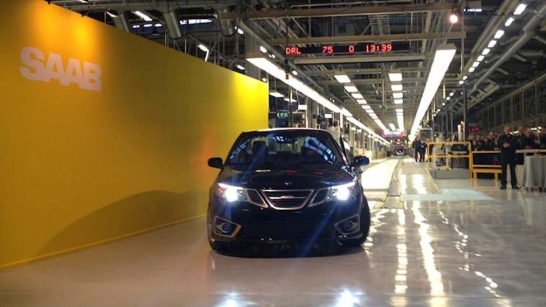 Den första serieproducerade Saab 9-3 rullar av linan på Nevs fabrik i Trollhättan 2 december 2013. Foto: Vjosa Osmani/Sveriges Radio.