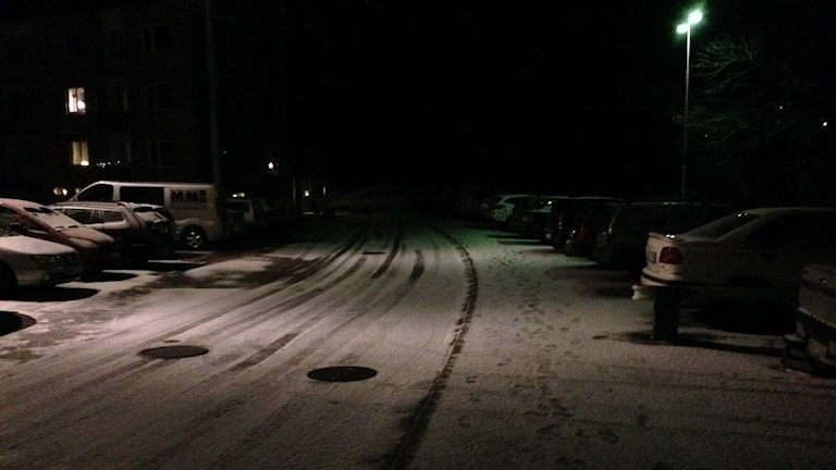 Snö på en gata i Uddevalla. Foto: Susanna Wictorzon/Sveriges Radio.