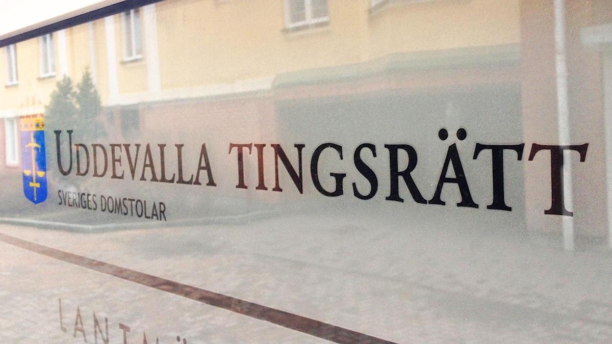 Skylt där det står Uddevalla tingsrätt. Foto: Victor Jensen/Sveriges Radio.