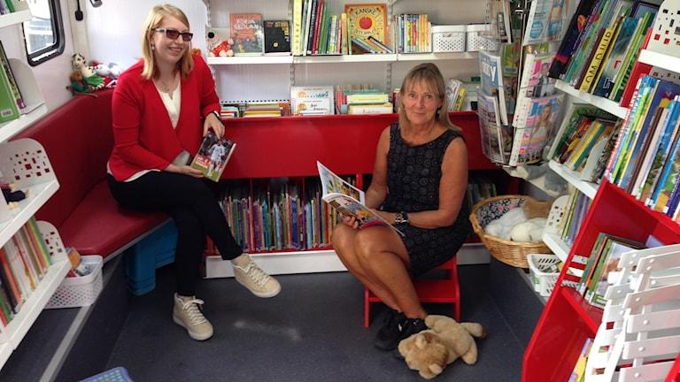 två bibliotekarier, en buss