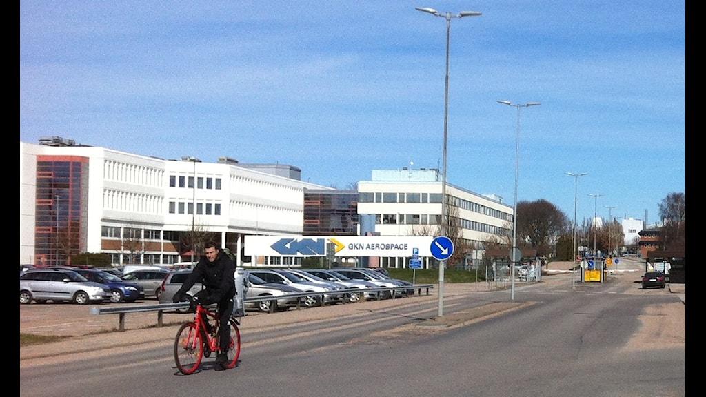 Man på cykel utanför GKN:s fabrik i Trollhättan. Foto Jörgen Winkler P4 Väst